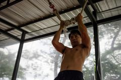 Azjatyckiego umięśnionego mężczyzna stażowy trx Obraz Royalty Free