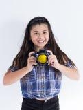 Azjatyckiej ślicznej dziewczyny uśmiechu szczęśliwa kamera obraz royalty free
