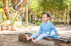Azjatyckiej chłopiec bajki czytelnicza książka samotnie Zdjęcie Stock