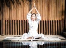 Azjatyckiej damy ćwiczy joga Zdjęcia Royalty Free