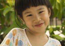 Azjatyckiej dziewczyny uśmiechu radości portreta śliczny młody szczęśliwy pojęcie Obraz Stock