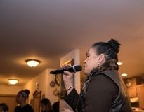 Azjatyckiej kobiety śpiewacki karaoke przy przyjęciem Zdjęcie Royalty Free