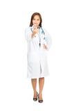 Azjatyckiej kobiety lekarki przerwy Uśmiechnięty Dymić Akimbo obrazy stock