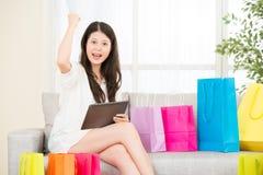 Azjatyckiej kobiety pomyślny zakupy online z ochraniaczem zdjęcie stock