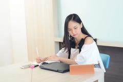Azjatyckiej kobiety skoncentrowany pracujący w biurze mocno obrazy stock