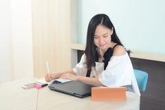 Azjatyckiej kobiety skoncentrowany pracujący w biurze mocno zdjęcie royalty free