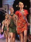 Azjatyckiej kobiety wzorcowy jest ubranym batik przy pokazu mody pasem startowym Obraz Royalty Free