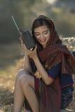 Azjatyckiej lokalnej pięknej kobiety słuchający radio na słomie zdjęcia royalty free
