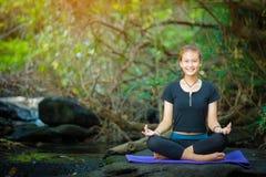 Azjatyckiej młodej kobiety ćwiczy joga Zdjęcie Royalty Free