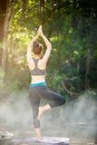 Azjatyckiej młodej kobiety ćwiczy joga Fotografia Royalty Free