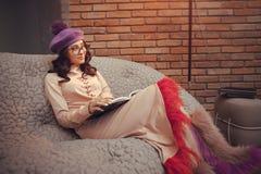 Azjatyckiej mody kobiety czytelnicza książka indoors obraz royalty free