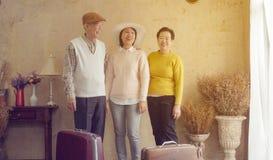 Azjatyckiej rodziny córki dojrzała podróż z seniorem wychowywa Europa luksusowy kurort fotografia stock