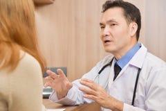Azjatyckiej Starszej samiec Doktorski opowiadać żeński pacjent fotografia royalty free