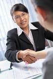 azjatykci bizneswomanu klienta uścisk dłoni obraz royalty free