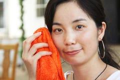 azjatykci czyścić twarzy kobiety potomstwa Zdjęcie Royalty Free