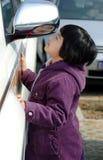 azjatykci dziecko wygląda lustro. obrazy royalty free