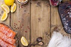 azjatykci jedzenie Ryżowi kluski, łosoś, cytryna i pikantność, żywienioniowy jedzenie zdrowa żywność Drewniany tło miejsce tekst  obraz stock