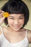 azjatykci piękny kwiatów dziewczyny mienie Fotografia Stock
