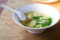 azjatykci pucharu głębii pola jedzenia płycizny zupnej łyżki tradycyjny wonton Obrazy Stock