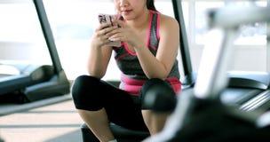 azjatykci telefon komórkowy kobiety potomstwa Fotografia Royalty Free