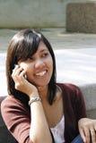 azjatykci telefon komórkowy używać kobiety Zdjęcie Royalty Free