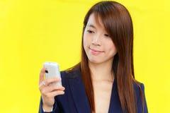 azjatykci telefon komórkowy używać kobiety Zdjęcia Royalty Free