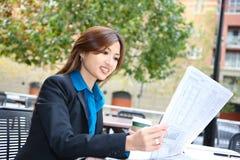 azjatykcia biznesowej gazety czytelnicza kobieta Obraz Stock
