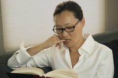 azjatykcia czytelnicza kobieta Fotografia Royalty Free