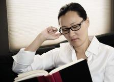 azjatykcia czytelnicza kobieta Zdjęcie Stock