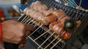 azjatykcia karmowa ulica BBQ, grill na kijach Fast Food w krajach azjatyckich zdjęcie wideo
