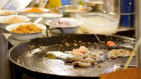 azjatykcia karmowa ulica Owoce morza garnela, kałamarnica, ośmiornicy kucharstwo na Wielkiej Smaży niecce Tajlandia zbiory wideo