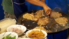 azjatykcia karmowa ulica Owoce morza, Ryżowi kluski z jajecznym kucharstwem na wielkiej smaży niecce swobodny ruch Tajlandia zbiory