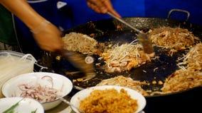 azjatykcia karmowa ulica Owoce morza, Ryżowi kluski z jajecznym kucharstwem na wielkiej smaży niecce Tajlandia zbiory wideo