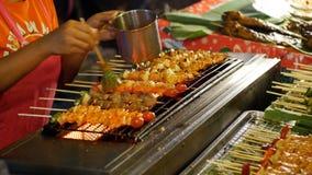 azjatykcia karmowa ulica Sprzedawca Kończył shish kebabs na drewnianym skewer z warzywami na kontuarze zbiory