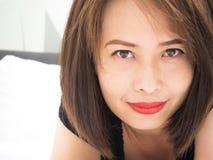azjatykcia kobieta uśmiechnięta Portret kobieta kłaść w dół na łóżku Fotografia Stock