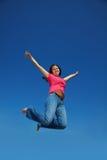 azjatykcia szczęśliwa skokowa kobieta zdjęcie royalty free