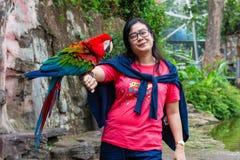 azjatykcie kobiety i ptak zdjęcie royalty free