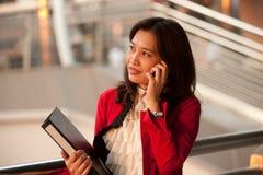 azjatykciego bizneswomanu biurowy outside telefon dosyć Zdjęcie Royalty Free