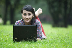 azjatykciego laptopu uśmiechnięta kobieta Obrazy Stock