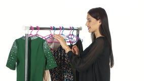 azjatykciego pięknego caucasian odzieżowa ubraniowa żeńska szczęśliwa szczęśliwy target2648_0_ wzorcowego kupującego zakupy uśmie zbiory