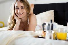 azjatykciego tła łóżka duży śniadaniowy caucasian ma target664_0_ uśmiechu śniadaniowej białej kobiety Hotelowa usługa obraz royalty free