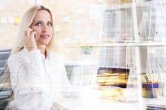 azjatykciego tła bizneswomanu azjatykcia kobieta odizolowywał mieszanego wzorcowego telefonu biegowego uśmiechniętego kostiumu ta Zdjęcie Royalty Free
