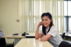 azjatykciego tła piękna chińska szkoła wyższa folował dziewczyna odizolowywających lengtj mieszających wzorcowego portreta biegow Fotografia Stock