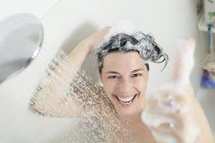 azjatykciego tła piękny caucasian odizolowywał właśnie mieszanego modela mieszany brać prysznić uśmiechniętych ręczników białej k Obrazy Stock