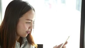 azjatykciego telefonu mądrze używać kobieta zdjęcie wideo