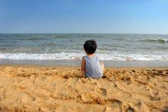 azjatykciej chłopiec przyglądający morze Obrazy Royalty Free