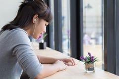 azjatykciej dziewczyny nastolatka żeński uczeń jest ubranym hełmofony i słucha Obrazy Stock