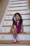 azjatykciej dziewczyny siedzący kroki Fotografia Royalty Free