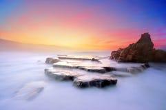 Azkorri-Strand bei Sonnenuntergang mit klaren Farben Lizenzfreies Stockbild