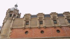 Azkuna-Mittegebäude in Bilbao, Modernismus in der spanischen Architektur, Stadtstraße stock video footage